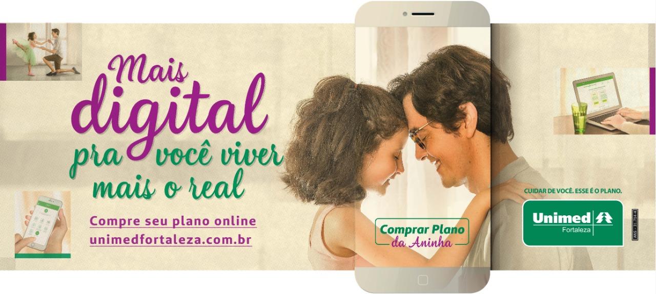 """Banner da nova campanha da Unimed Fortaleza, onde possui o texto """"Mais digital pra você viver mais o real"""" e ao lado uma imagem de um pai com sua filha, um de frente para o outro, com um celular ressaltando essa imagem. No canto inferior direito, a logo da Unimed Fortaleza."""