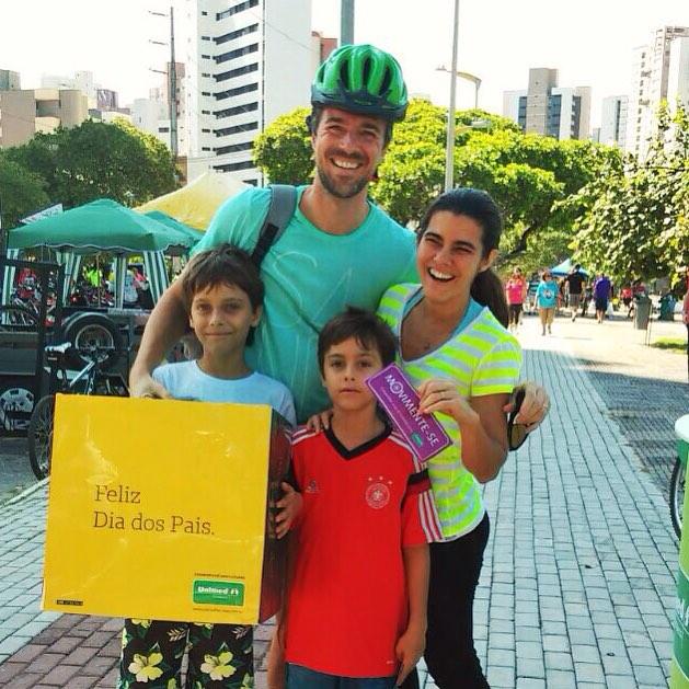 Unimed Fortaleza presenteia os papais com capacetes em estações do Bicicletar
