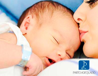 Mulher com bebê, espaço do parto Adequado