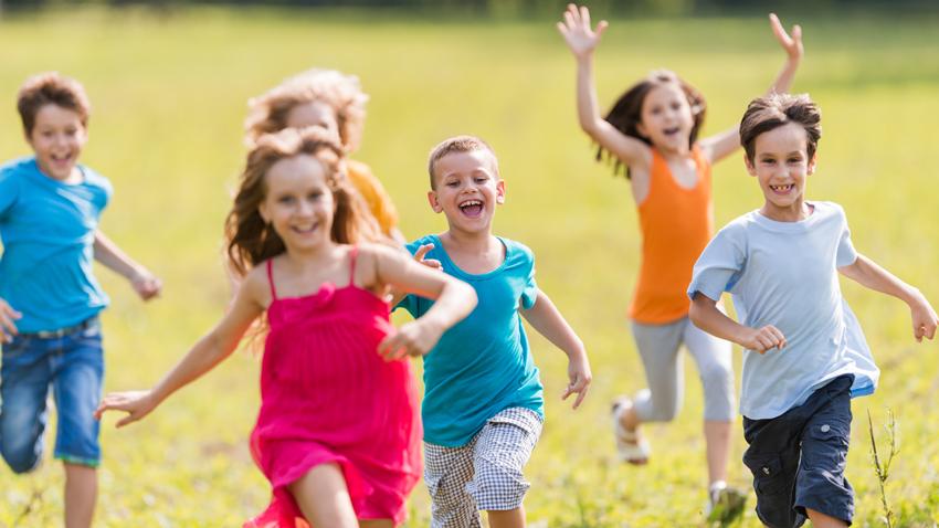 Crianças Se Divertindo No Parque: Benefícios Dos Esportes Ao Ar Livre Para As Crianças