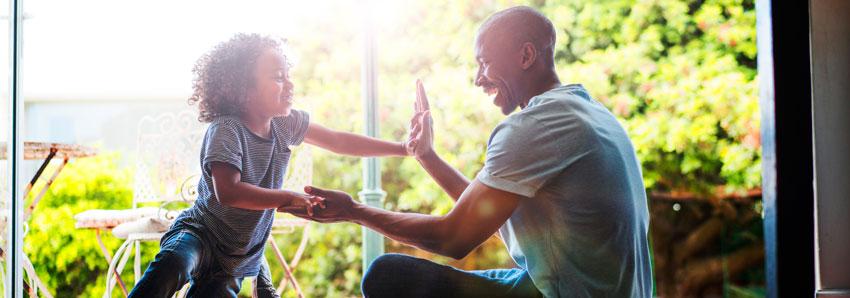 Pai e filho com as mãos encostadas e felizes com o resultado do Top of Mind 2020