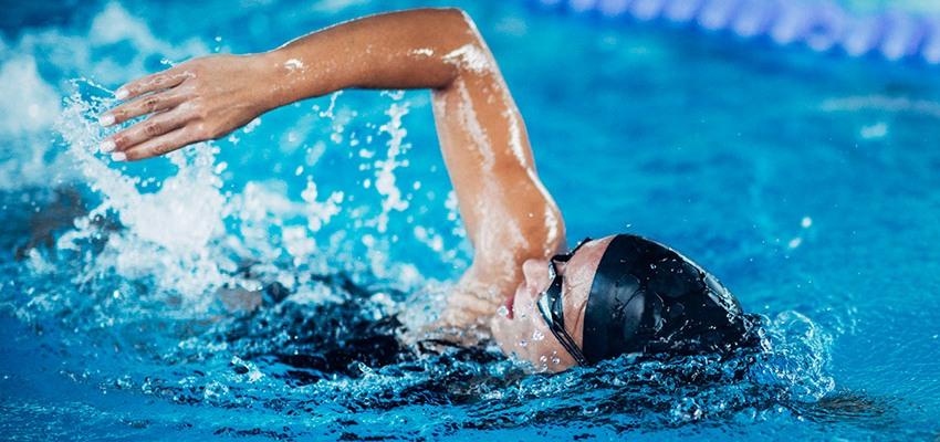 Pratica natação? Confira o que comer antes e depois de nadar