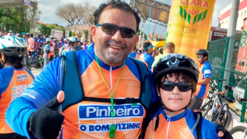 Cliente Helder Pontes e seu filho preparados para andar de bicicleta