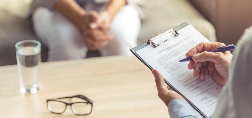 Imagem de um psicólogo consultando paciente