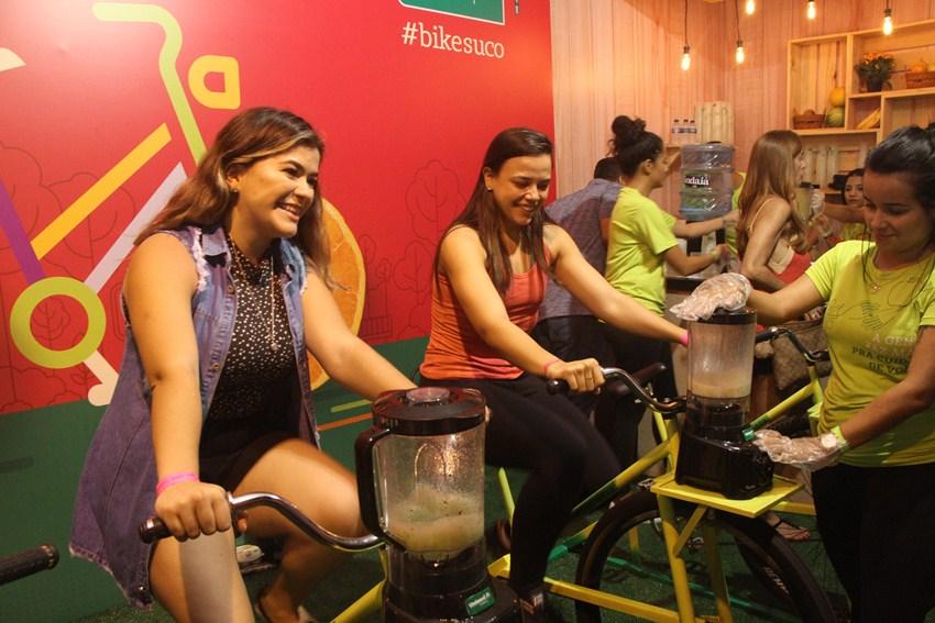 Amigas pedalam para fazer juntas seus sucos