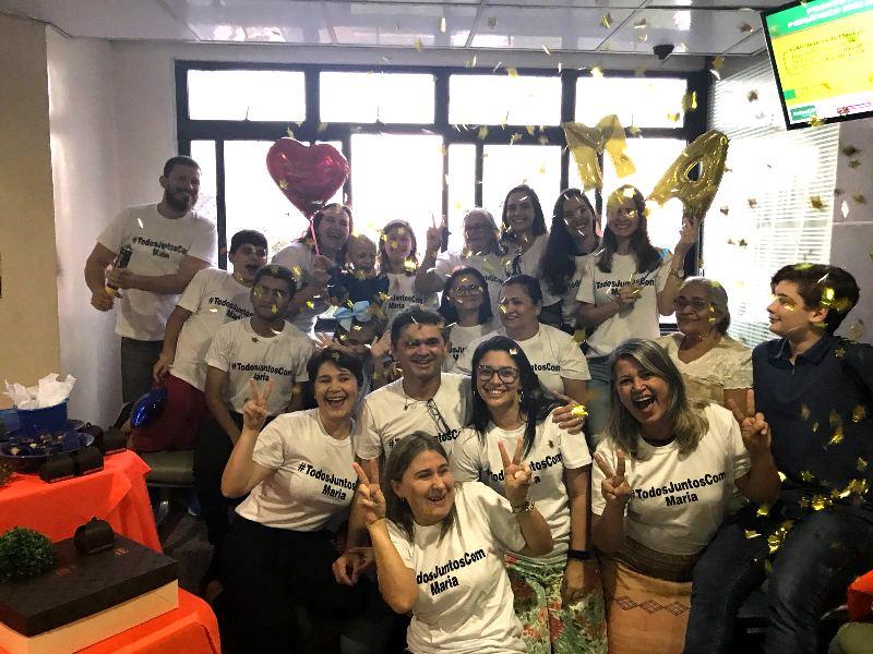 Foto da festa de despedida da Maria Alice do Hospital Regional Unimed com vários participantes