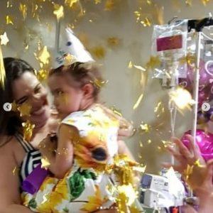 Giovanna comemorando o fim do seu tratamento na festa de despedida do hospital