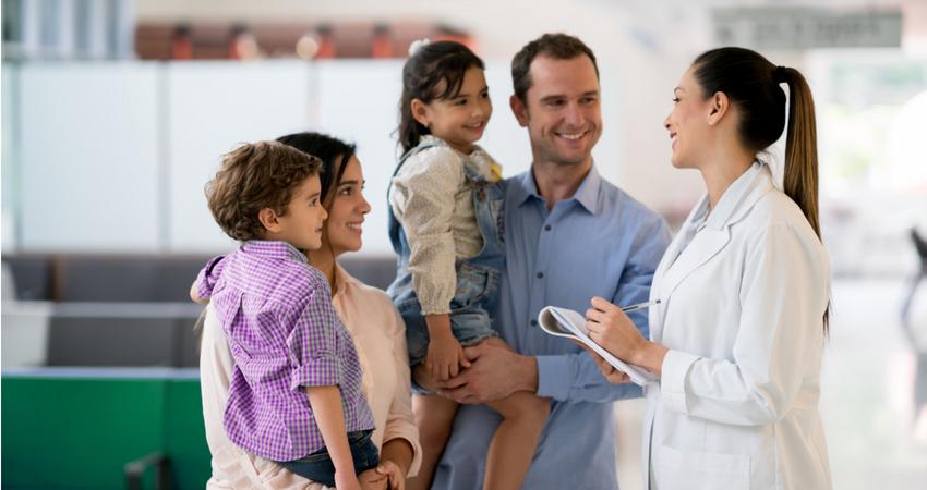 Médica atende família em um hospital