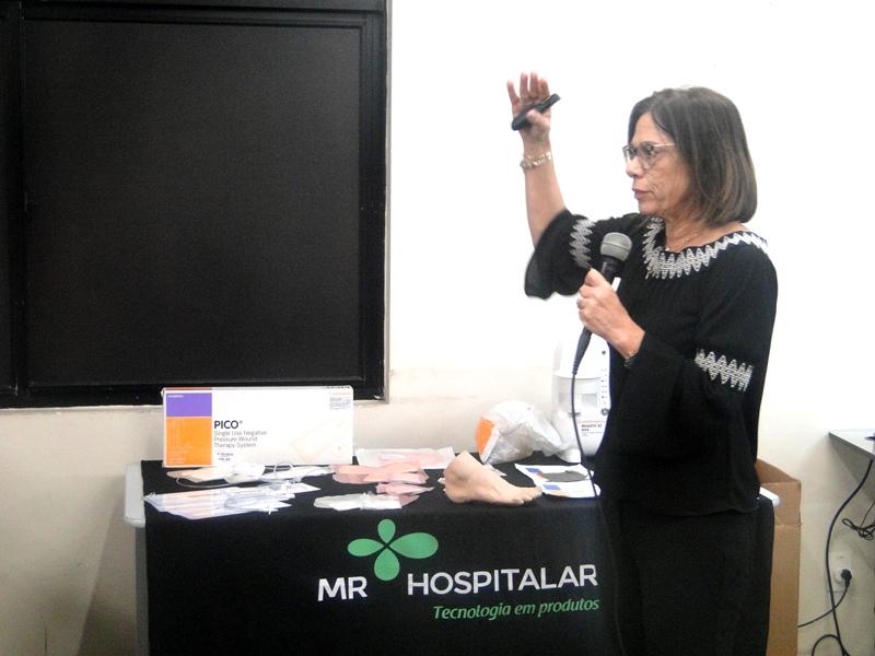 A enfermeira Suzana Aron palestrando no curso uso da ferramenta TIME