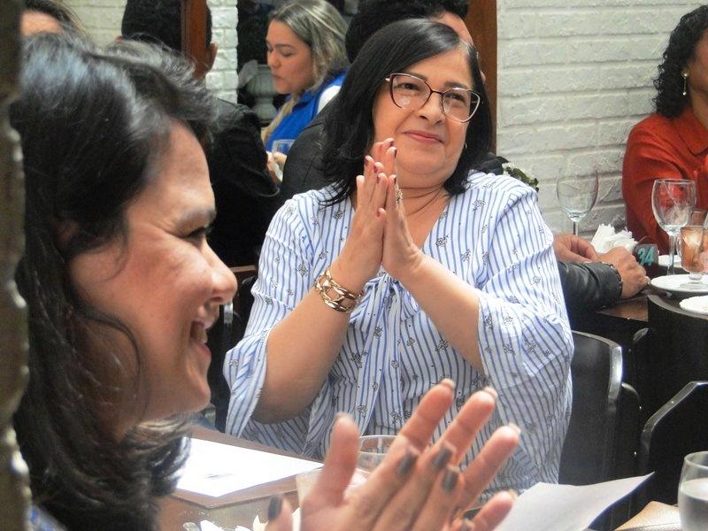 Uma das participantes do Roda de Vida batendo palma