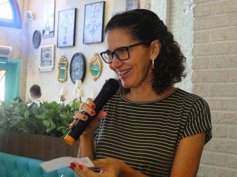Uma das participantes do Roda de Vida lendo um bilhetinho no microfone