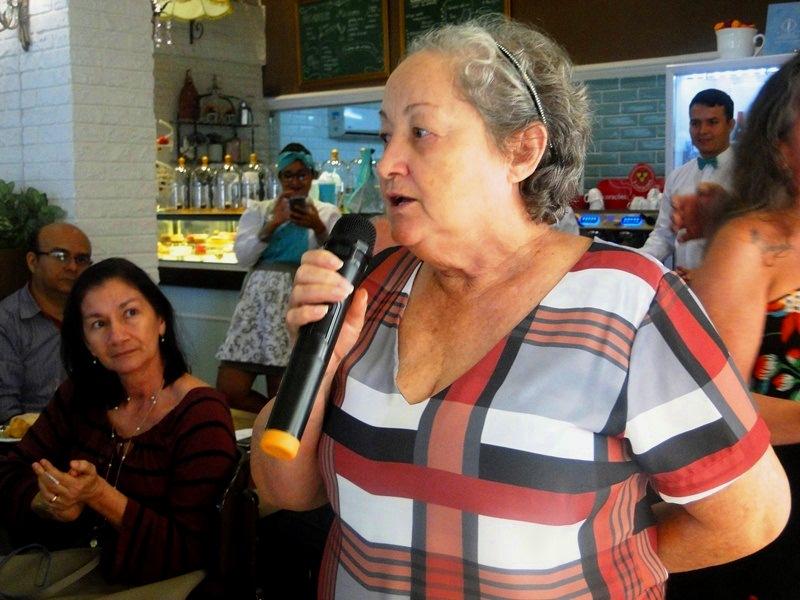 Uma das participantes do Roda de Vida falando no microfone para as outras