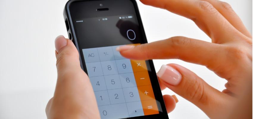 Pessoa tocando teclas da calculadora do seu smartphone