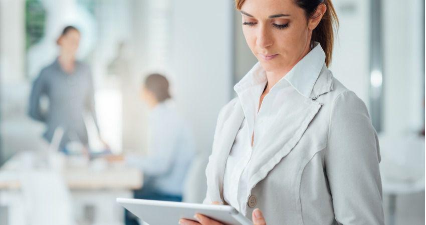 profissional-utilizando-tablet