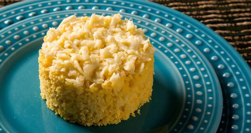 Imagem de um cuscuz pronto para consumo recheado com queijo. O alimento é alvo de dúvidas e muitos se perguntam se cuscuz engorda.