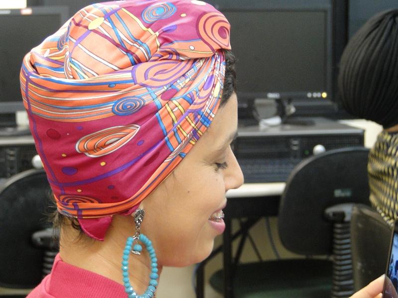 Participante com turbante na cabeça sorrindo