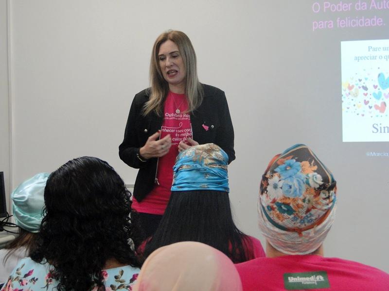 A coach em Autoestima, Márcia Sidou, palestrando
