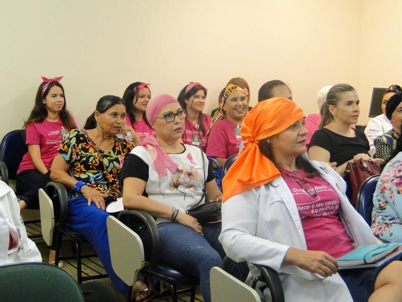 Participantes da unidade de oncologia do HRU assistindo a palesta sobre outubro rosa