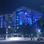 Foto da fachada do Hospital Regional Unimed com iluminação azul