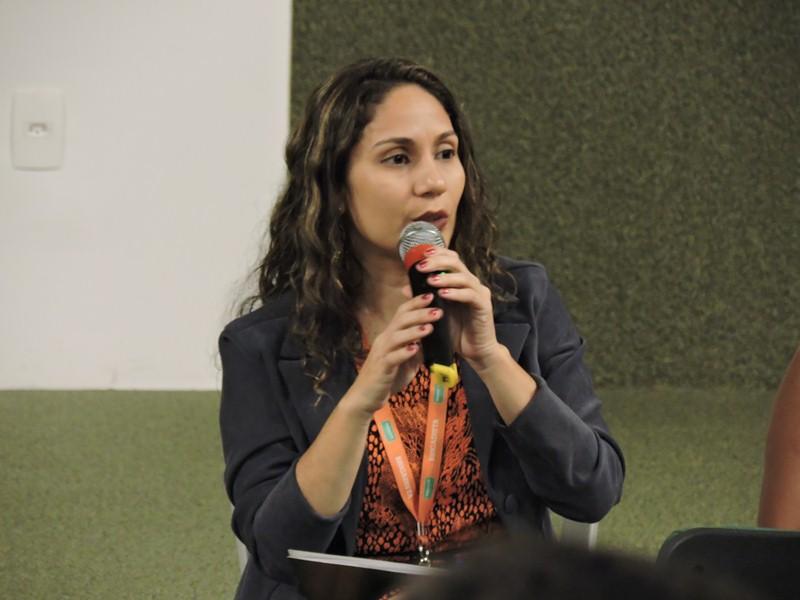 Uma das palestrantes com microfone nas mãos