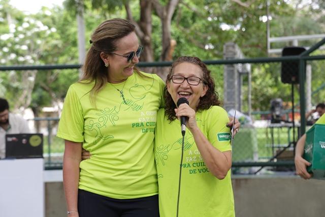 Apresentadoras do evento Dia da Familia com microfone na mão