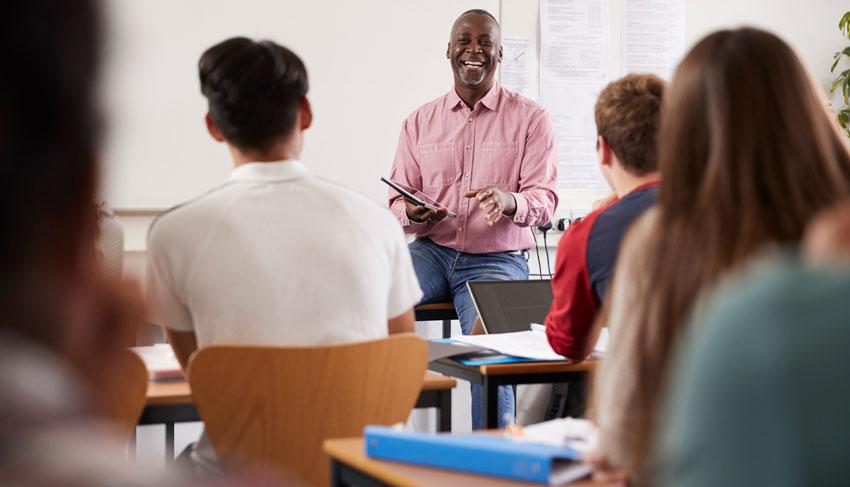 Professor dando aula em uma sala de aula
