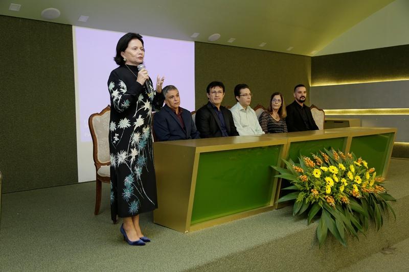 A coordenadora da Universidade Corporativa, Dra Regina Portela, falando ao público