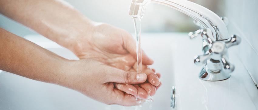 Lavando as mãos na pia em água corrente