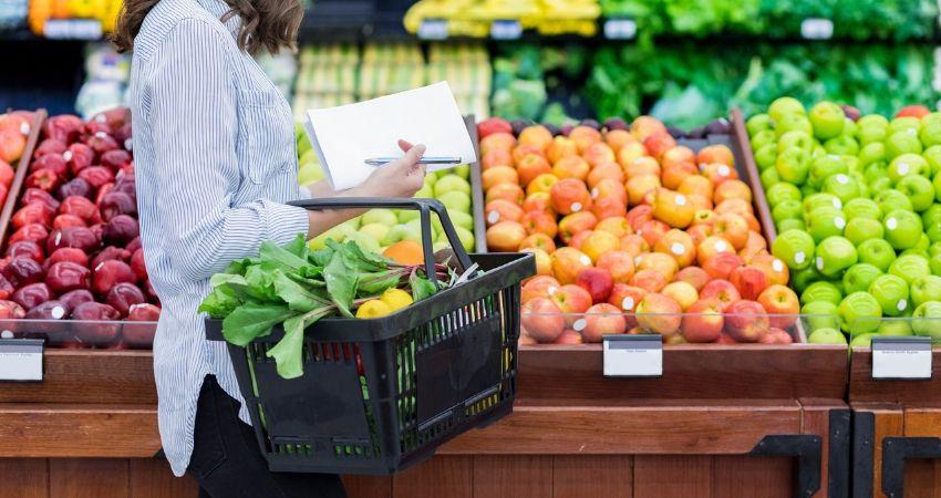 Mulher escolhendo recomendados por nutricionistas no supermercado