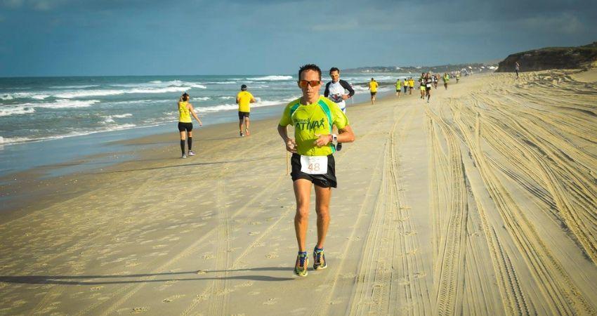 Desportista Félix Luis correndo meia maratona no litoral cearense