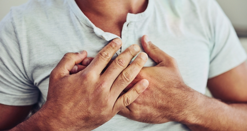 Homem com a mão no lado esquerdo do peito