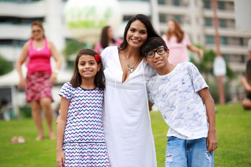 Foto de uma mãe com seus filhos no evento do Parque do Cocó