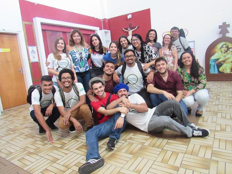 Equipe que realizou a doação de leite em pó com alguns responsáveis pelo Lar Amigos de Jesus