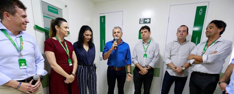 Presidente da Unimed Fortaleza, Dr. Elias Leite, com outros responsáveis pela entrega da unidade em Maracanaú juntos com o prefeito de Maracanaú