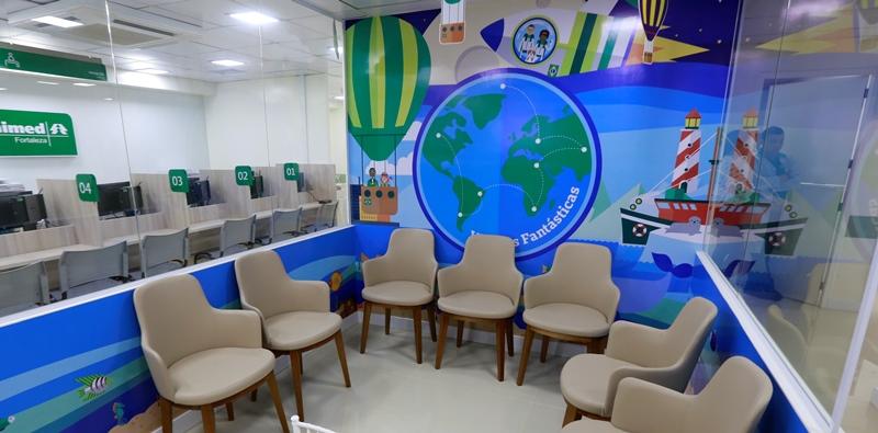 Nova sala de espera infantil ambientada com desenhos infantis