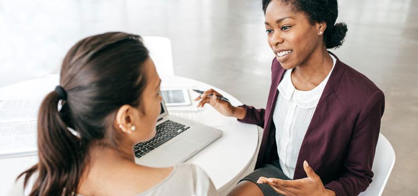 Mulher de negócios conversando com sua Business Parter sobre sua empresa