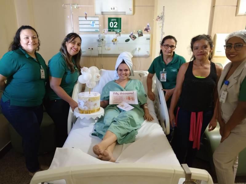 Uma das pacientes internadas no Hospital Regional Unimed realizando um de seus sonhos: comemorar seu aniversário surpresa