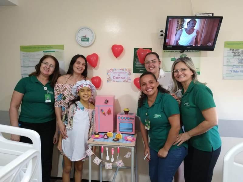 Uma das pacientes internadas no Hospital Regional Unimed realizando um de seus sonhos: ter uma 'mini confeitaria'