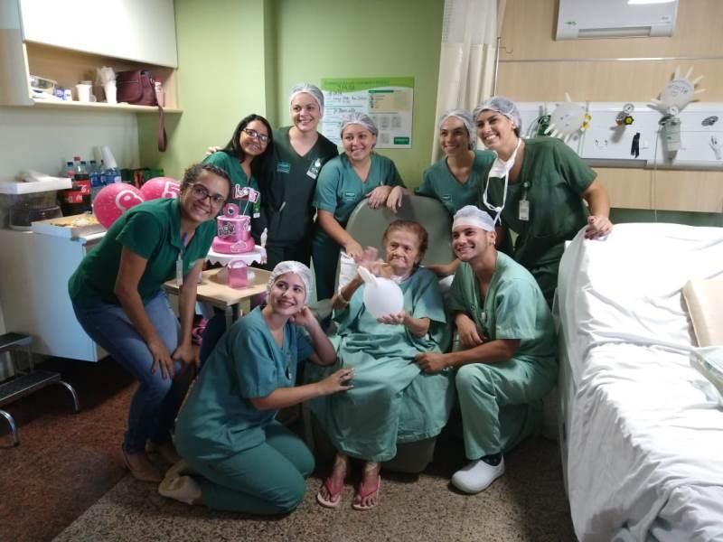 Uma das pacientes internadas no Hospital Regional Unimed realizando um de seus sonhos: ter uma festa de aniversário