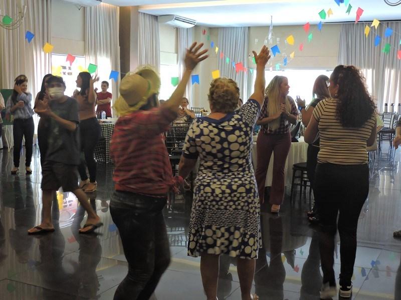 Participantes comemorando o São João do Roda de Vida
