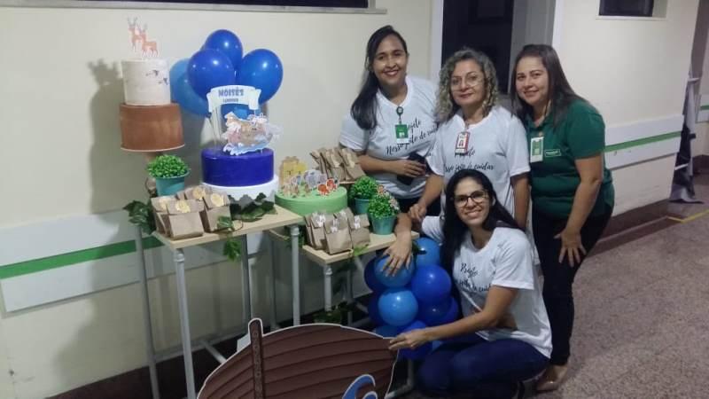 Colaboradores que fazem parte do projeto 'Nosso Jeito de Cuidar' do Hospital Regional Unimed realizando um aniversário surpresa