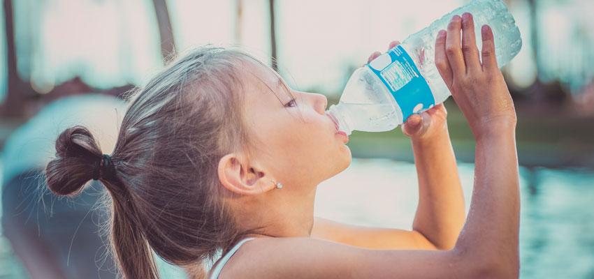 Criança bebendo água na garrafa