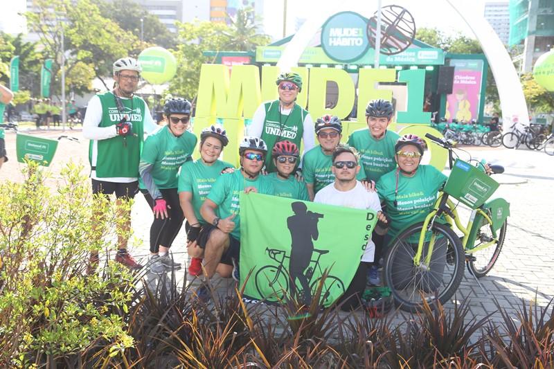 Participantes com capacetes de bicicleta posando para foto no evento do Dia Mundial Sem Carro