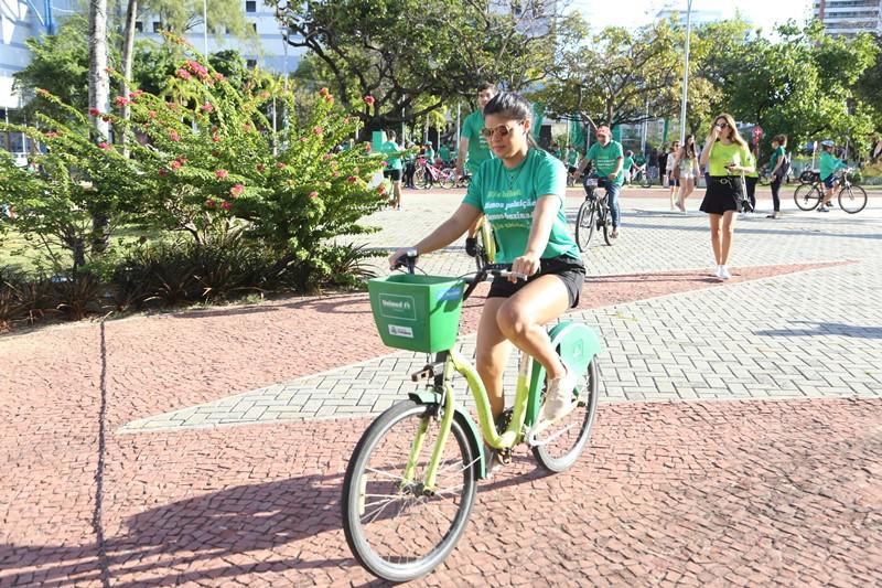 Uma das participantes do evento andando de bicicleta no Dia Mundial Sem Carro