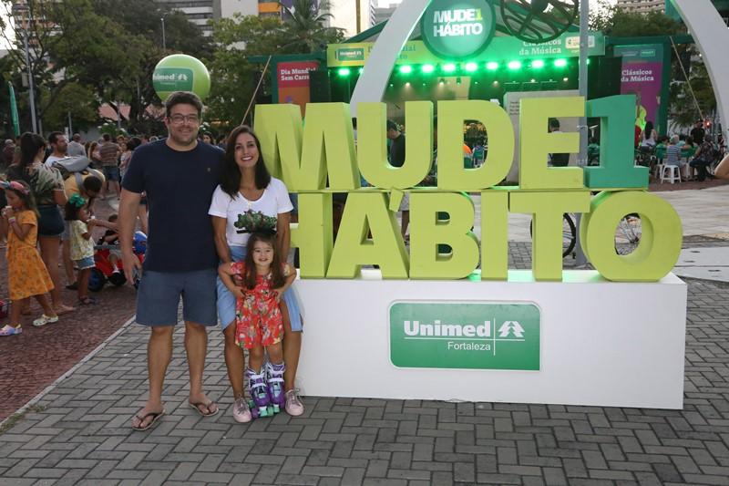 A influenciadora digital, Ingrid Machado, com seu marido e sua filha, posando no totem Mude1Hábito presente no evento
