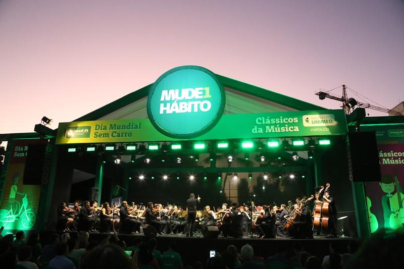 O palco do Dia Mundial Sem Carro com a Orquestra tocando no palco