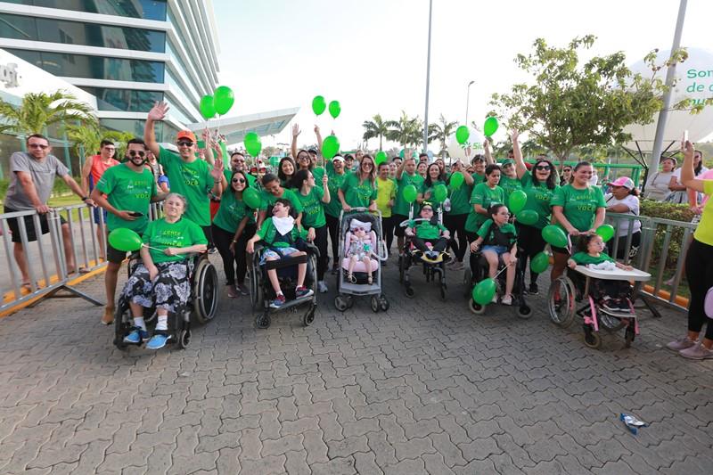 Pacientes da Unimed Lar posam para foto ao lado de familiares e equipe multidisciplinar da Unimed Lar