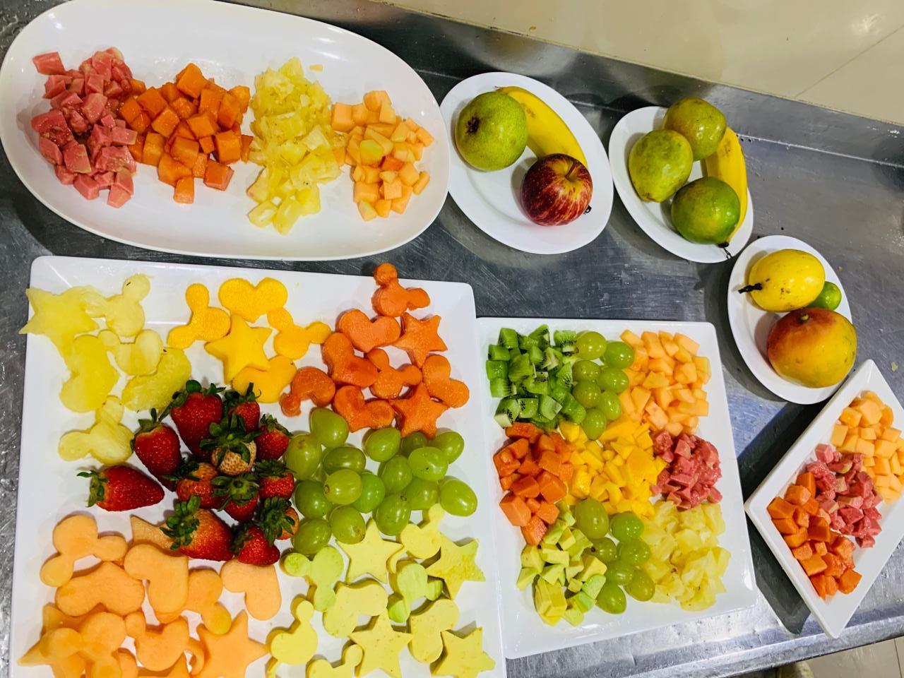 diversas-frutas-bem-coloridas-cortadas-em-formatos-de-estrelas-coracoes-mickey-e-cubinhos