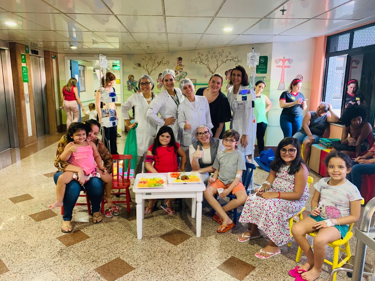 equipe-de-nutricao-e-dietetica-do-hospital-regional-unimed-com-as-criancas-participantes-do-projeto