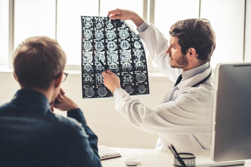 Médico mostrando para paciente como ocorre o AVC